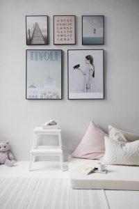 plakaty na białych ścianach