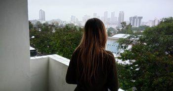 balkon w bloku, wśród zieleni